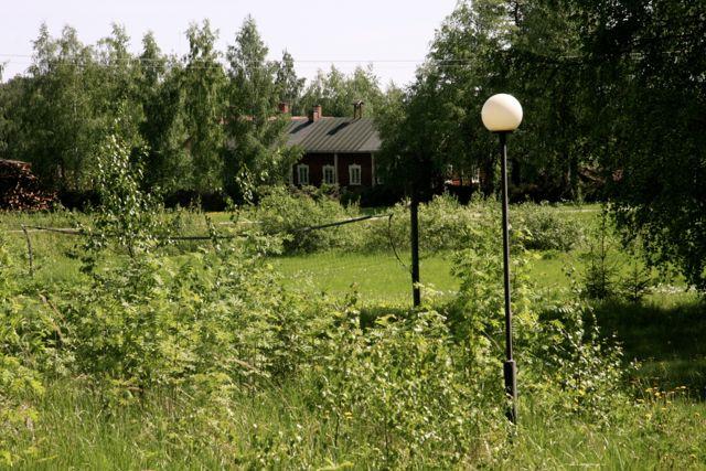 Juupajoen urheilijoiden lentopalloverkko talon päädyssä. Kuva: MBody.info – Maria Svan