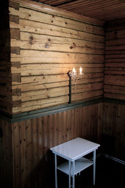 Kokoushuoneen hirsien lukkonurkka. Kuva: MBody.info – Maria Svan